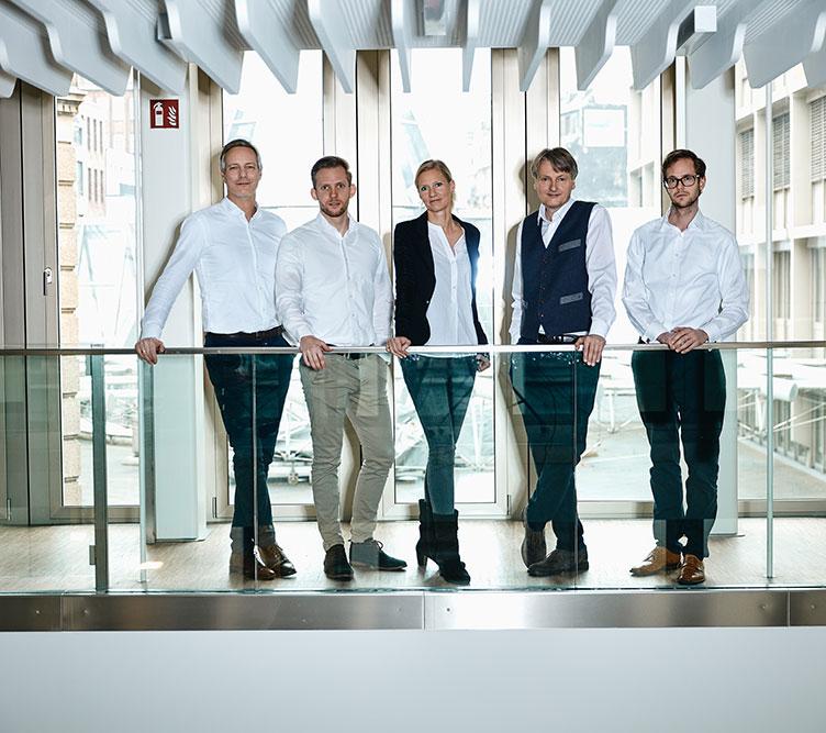 Das Novon-Team stehend auf der Galerie